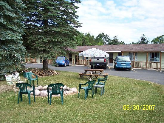 Lake City Motel: Join us at the firepit!