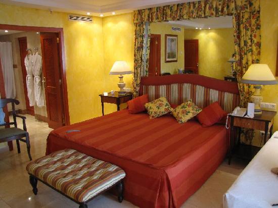 Hotel Jardin Tropical: Doppelzimmer mit riesigem Doppelbett plus Beistellbett