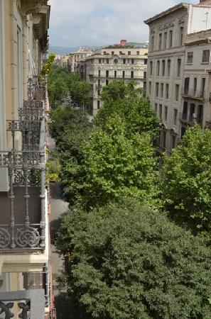 Hotel Constanza Barcelona: The view down Calle Bruc from our balcony.