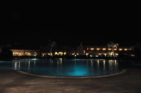Helnan Auberge Fayoum: Pool Nachts