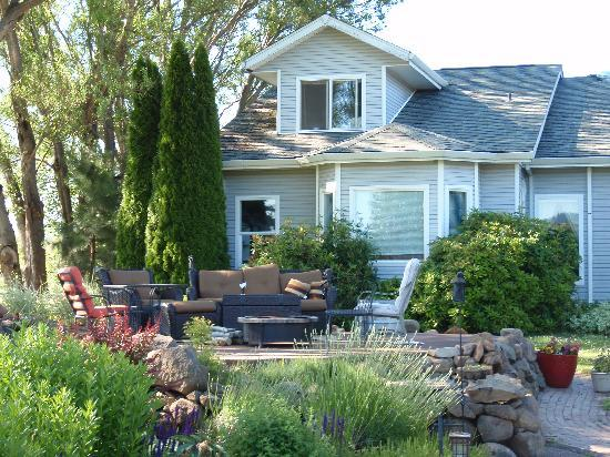 Vineyard View Bed & Breakfast: Cozy spot to relax outdoors