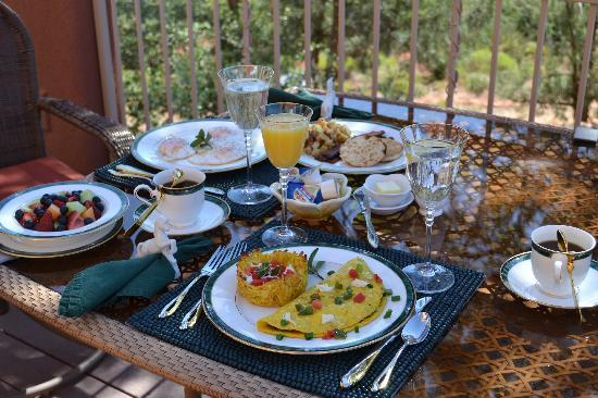 Sedona Cathedral Hideaway: Gourmet breakfast dining indeed!