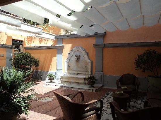 Hotel Sant Anna Roma : the back patio, very nice