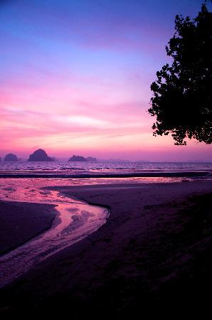 The Tubkaak Krabi Boutique Resort: The View at sunset from the Bar