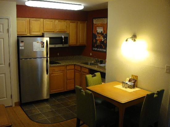 Residence Inn San Diego Mission Valley: Kitchen area