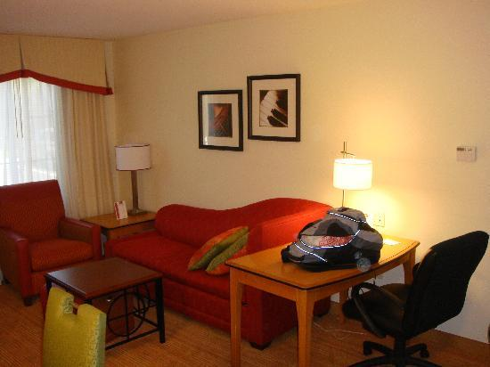 Residence Inn San Diego Mission Valley: Desk and couch