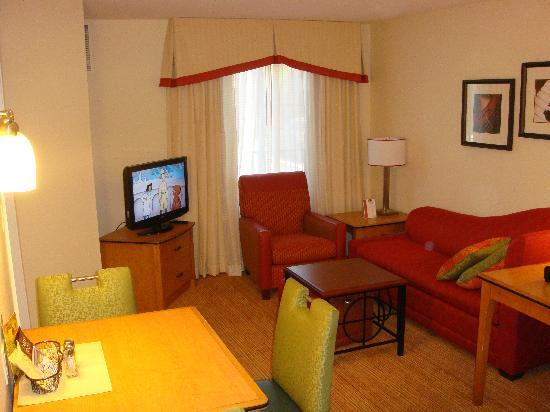 Residence Inn San Diego Mission Valley: TV and table