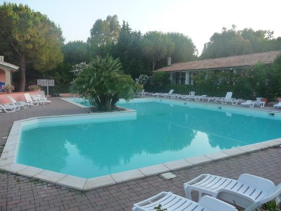 Bibbona, Ιταλία: la piscina fronte ristorante