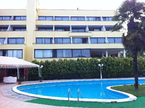 Hotel La Meridienne: The pool and rear of the hotel