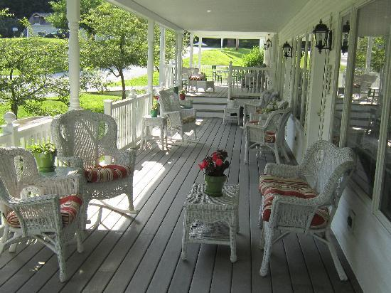 The 1896 House Country Inn - Barnside Inn: Porch kept us nice and dry!