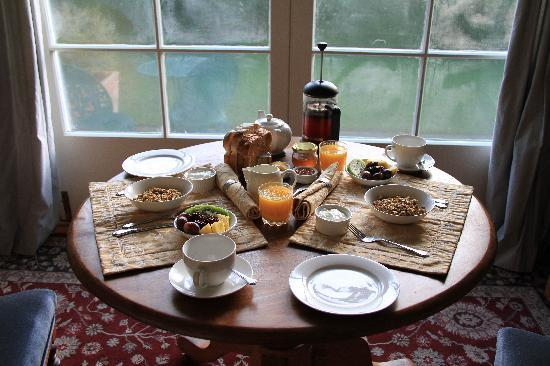 Cheltenham House: breakfast in the sunroom