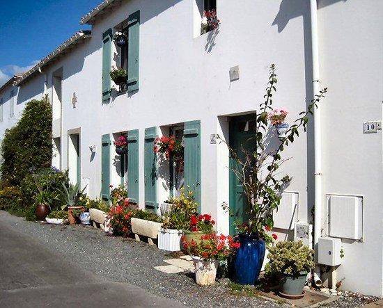 Appart-Hotel Perle de Re : A typical street scene