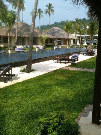 Bangsak Village: Pool vom Strand aus