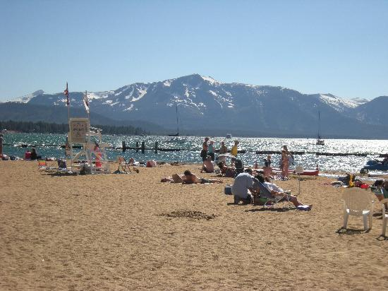 Big Pines Mountain House of Tahoe : The beach, which is about a 10-minute walk from the motel.