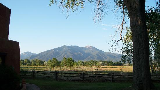 Orinda Bed and Breakfast: Taos Mountain from the well shaded property