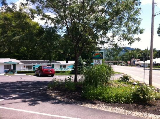 Brookside Motel: Great Location! Relaxed, quiet setting