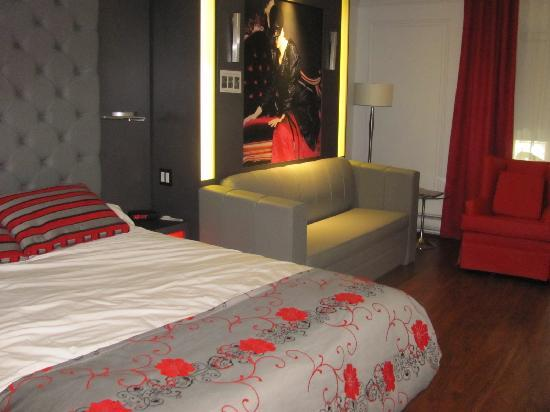 Hotel Plaza Quebec: Murphey bed is behind the burlesque picture