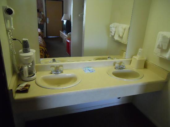 Knights Inn Grand Junction: Bathroom sinks