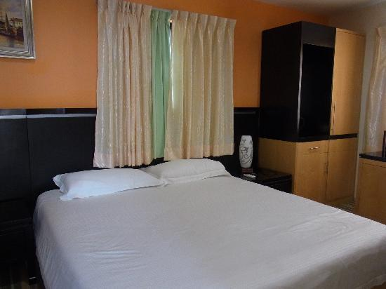 Hotel Hallmark Inn: Cleam bed