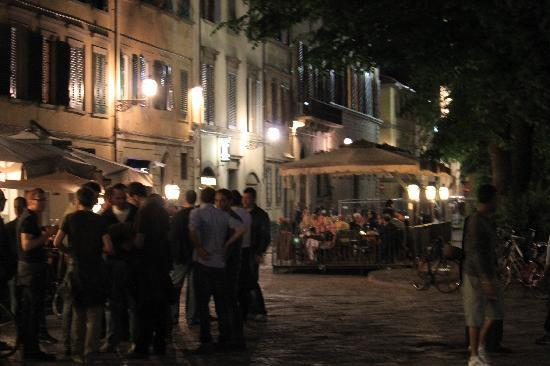 Foresteria Valdese Firenze: The neighbourhood piazza at night