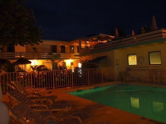 Sea Spray Inn : Het hotel 's avonds.