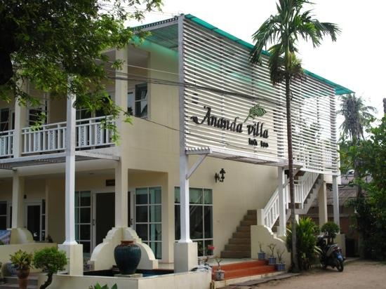 Ananda Villa: hotel front view and reception