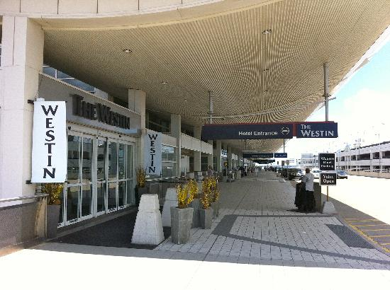 The Westin Detroit Metropolitan Airport: Entrance from Curbside