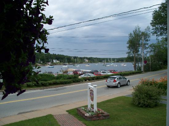Heart's Desire Bed and Breakfast: Beautiful view of the harbour from front porch