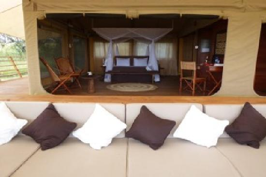 Serengeti Bushtops Camp: Our tent with lounge terrasse, hot tub and private bathroom