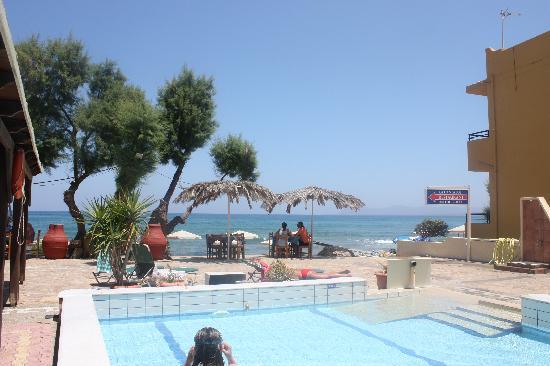 Kato Stalos Mare Hotel: Utsikt fra hotellrom mot basseng og hav