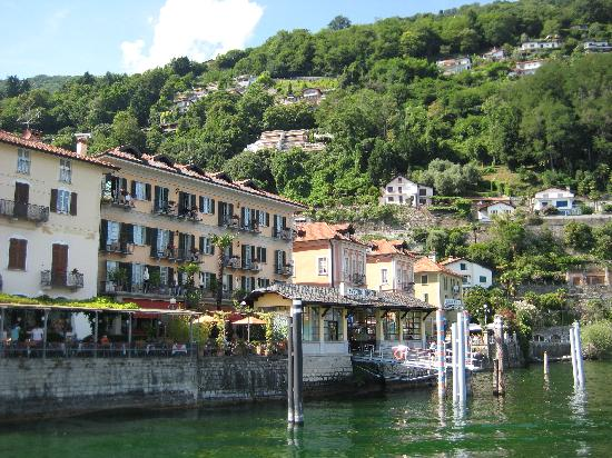 Hotel Cannero: Boat landing and hotel