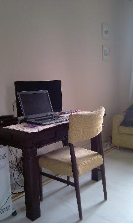 Saket Bed and Breakfast: scrivania