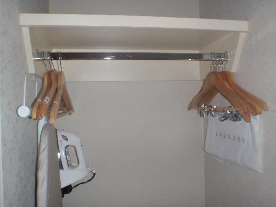 Holiday Inn Express Hotel & Suites Ottawa Airport: Room - Closet