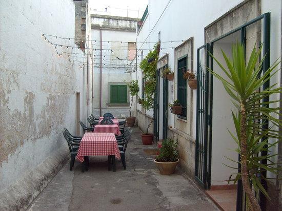 Avetrana, إيطاليا: tavoli all'aperto
