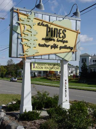 The Pines Motor Lodge: Entrance Sign
