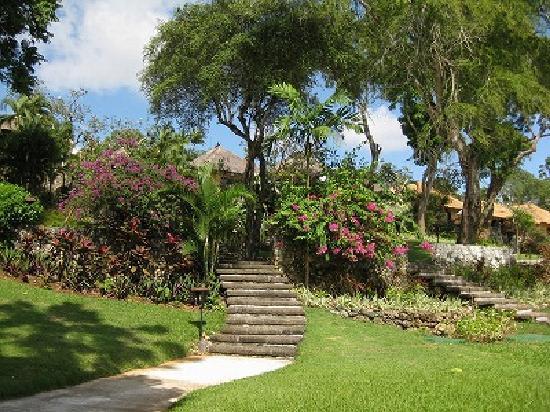 Four Seasons Resort Bali at Jimbaran Bay : 敷地内はヴィラがたくさんあり村のようになっています。