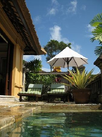 Four Seasons Resort Bali at Jimbaran Bay : ヴィラのプールサイド。