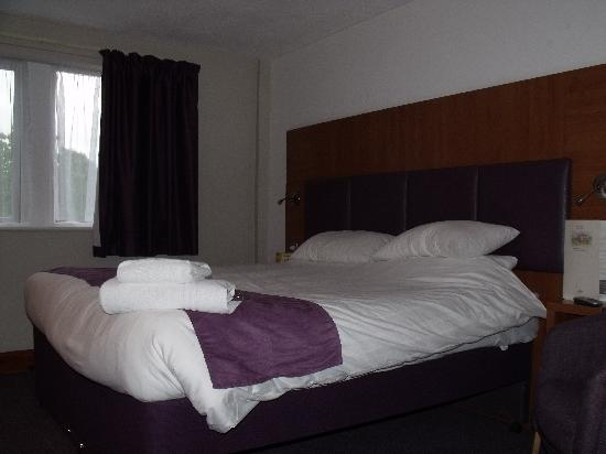 Premier Inn Huddersfield North Hotel: Premier Inn,bedroom.
