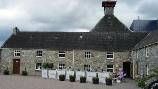 Glenfiddich Distillery: Glenfiddich cafe exterior