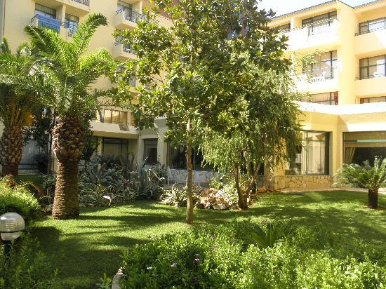 Meryan Hotel: jardin de l hotel