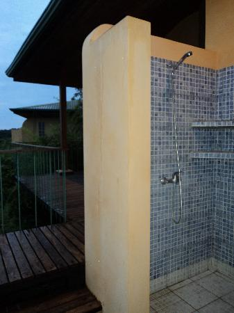 Hotel Luna Azul: Shower with a view