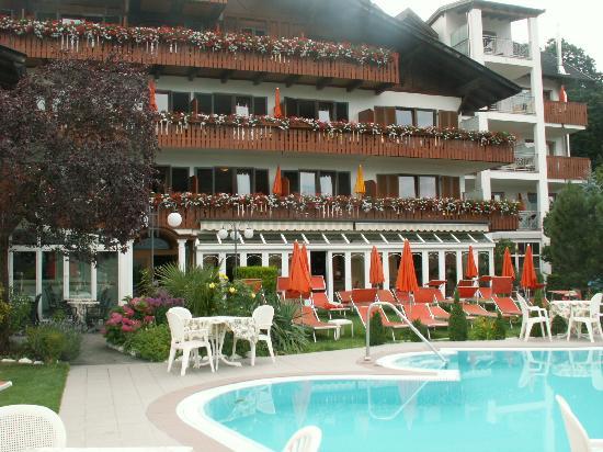 Hotel Finkenhof: Frontansicht mit Pool