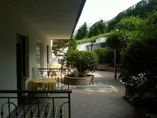 Hotel Finkenhof: Sitzplatz zu Zimmer hinter dem Haus