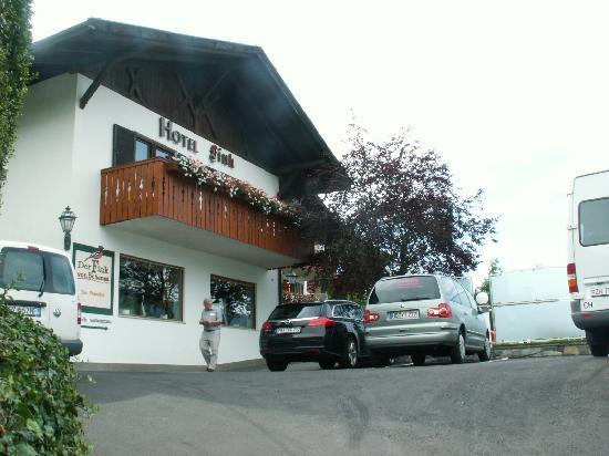Hotel Finkenhof: Auffahrt zu hotel mit Teil der Parkplätze
