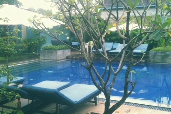 Frangipani Villa Hotel II: pool side