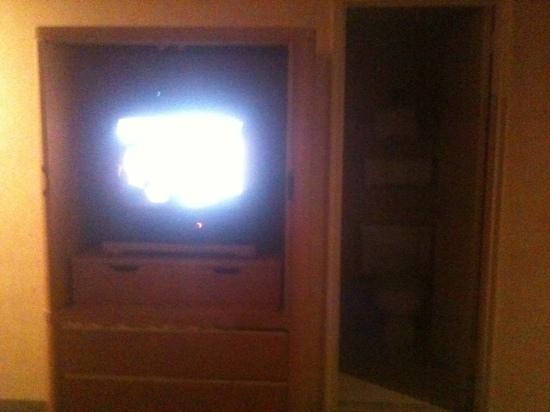 Days Inn Atlantic City Oceanfront-Boardwalk: here is a pic of the small tv