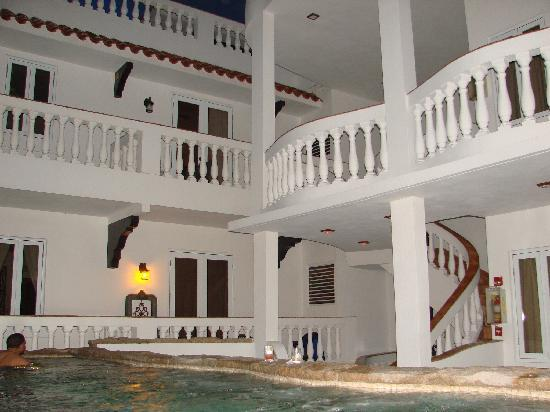 Acacia Boutique Hotel: A view from the jacuzzi looking up at the balcony rooms.