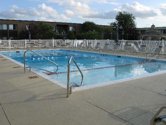 Holiday Inn Waterloo-Seneca Falls: outdoor heated pool