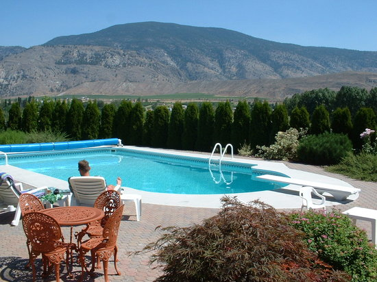 Oliver B&B with breath taking valley views of the Southern Okanagan vineyards.