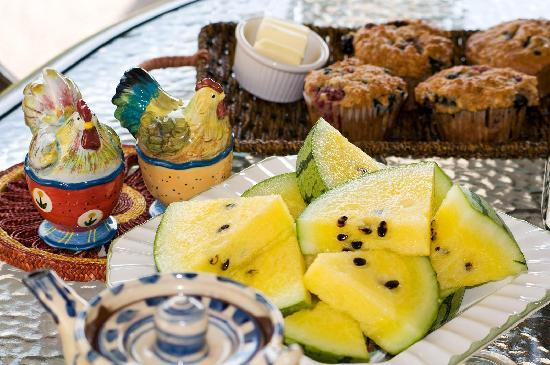Morbrook Farms B&B: Our Oliver B&B provides your choice of a hearty or light breakfast including with fresh baking.